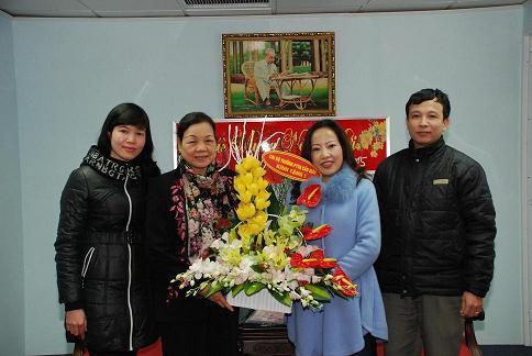 Chi ủy chi bộ trường THPT Cầu Giấy chúc mừng đồng chí Hà Thị Khiết - Bí thư Trung ương Đảng, trưởng ban Dân vận Trung ương nhân dịp kỷ niệm 85 năm ngày thành lập Đảng CS Việt Nam