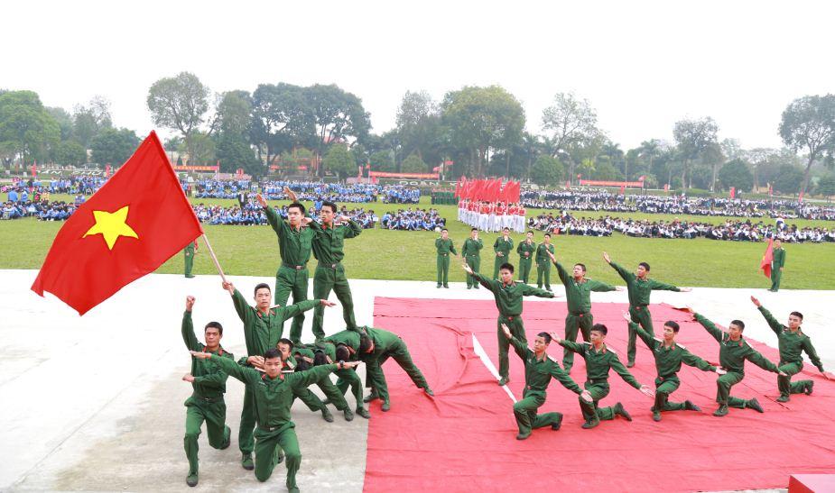 """Lễ Mít tinh kỷ niệm 85 năm ngày thành lập Đoàn TNCS Hồ Chí Minh, Chương trình """"Tuổi trẻ với sự nghiệp xây dựng, bảo vệ Tổ quốc và Nét đẹp Tràng An"""" , cùng trải nghiệm Một ngày làm chiến sĩ."""