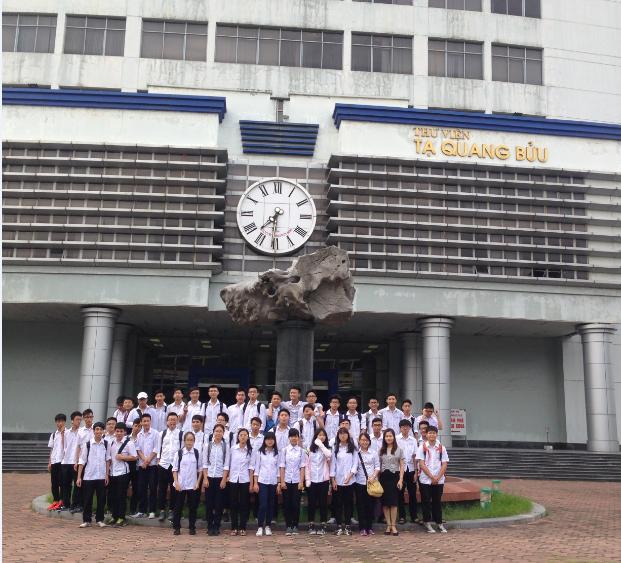 Học sinh trường THPT Cầu Giấy thăm Trung tâm Thông tin năng lượng nguyên tử tại ĐH Bách Khoa Hà Nội